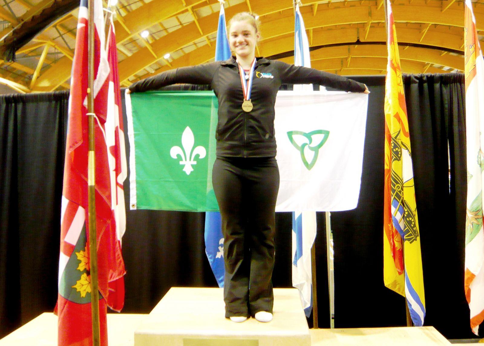 Mélodie Dubuc sur le podium avec sa médaille d'or.